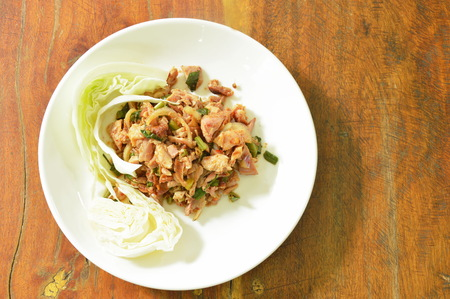 spicy grilled chicken Thai salad eat with cabbage on plate 版權商用圖片