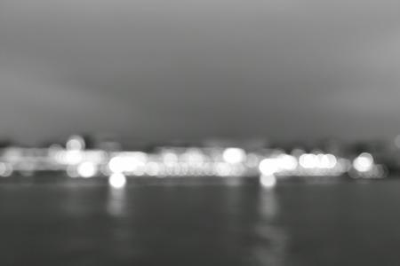 wazig licht van brug op rivierachtergrond en textuur in zwart-wit toon