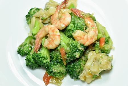 stir fried broccoli with shrimp and crispy chicken on dish Archivio Fotografico