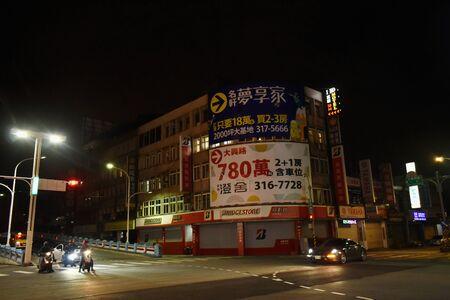 Taoyuan Taiwán 1 de abril de 2019: edificio del paisaje urbano y calle en la noche