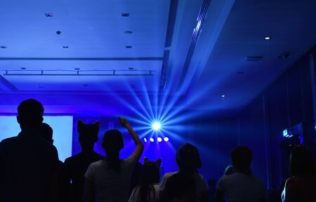 people cheer up on mini concert in meeting hall in night Stockfoto