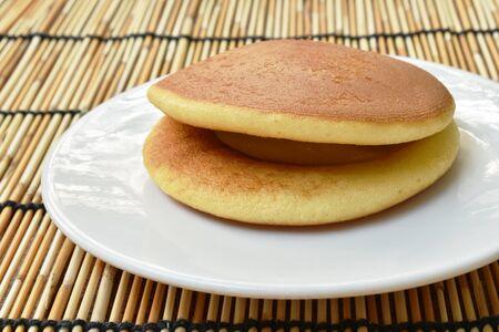 Dorayaki Japanese pancake stuffed sweet mashed bean on plate Stockfoto