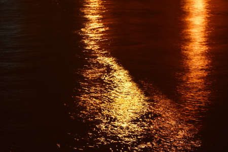 blurry of artificial light pole reflection on canal in night Banque d'images