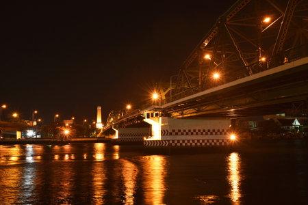 landscape of Phra Pok Klao memorial bridge cross river in Thailand cn night Banque d'images