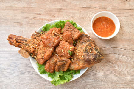 batter fried slice mango or red Tilapia fish with chop garlic dipping spicy sauce Stockfoto