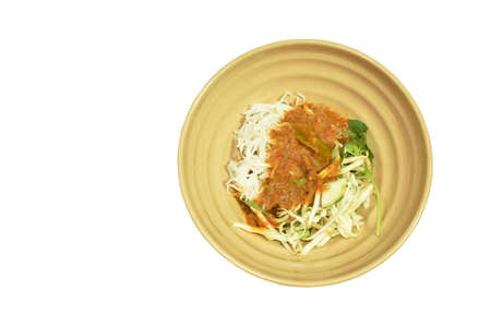 rice noodles dressing fish coconut milk curry sauce and fresh vegetable on plate Stockfoto