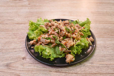 Thai spicy chop chicken salad and fresh vegetable on plate Imagens