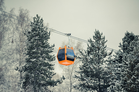 Cableway in a winter landscape in the mountains of Romania. 免版税图像