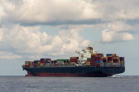 Logistique et transport de porte-conteneurs internationaux et d'avion cargo en mer. Banque d'images
