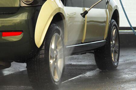 auto lavado: Lavado de coches en una estaci�n de limpieza