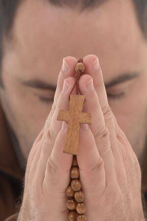 sanctity: Mani con un crocifisso