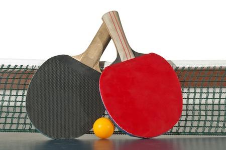 ping pong: Raquetas de tenis de mesa y la pelota en la tabla de tenis