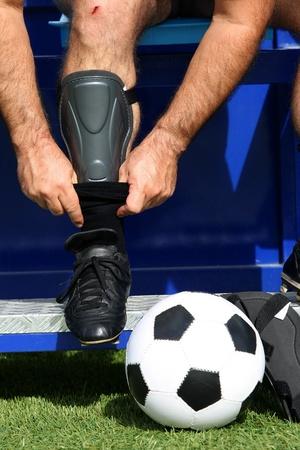 cancha deportiva futbol: jugador de fútbol con una pelota