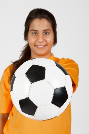 arbitre f�minine avec un ballon de football photo