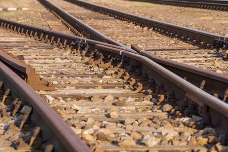 Schienenverkehr, Schienen mit Weichen und verschwommenem Hintergrund Standard-Bild