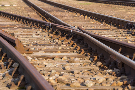 transporte ferroviario, rieles con interruptores y fondo borroso Foto de archivo