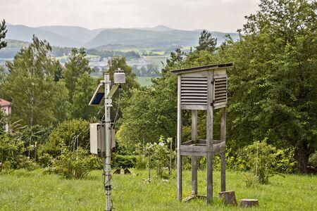 pequeña estación meteorológica en un prado verde en la colina