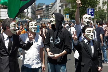 MADRID - 19 juin: Des milliers se rassemblent pour protester contre l'égalité économique dans Neptuno place pendant les jours révolution espagnole à Madrid, Espagne sur le 19 juin 2011. Banque d'images - 11379727