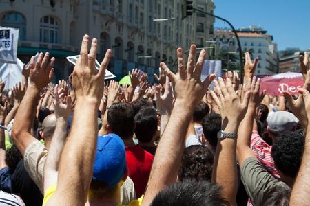 MADRID - 19 juin: Des milliers se rassemblent pour protester contre l'égalité économique dans Neptuno place pendant les jours révolution espagnole à Madrid, Espagne sur le 19 juin 2011. Banque d'images - 11379729
