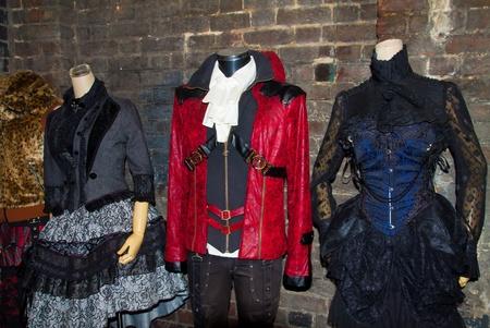 LONDRES - 5 NOV: Mannequins Punk dans la ville Candem, célèbres boutiques de culture alternative sur Novembre 5, 2011 dans Camden Town, Londres. Camden Ville marchés sont visités par 100.000 personnes chaque week-end Éditoriale