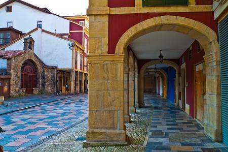 Façades colorées dans les Asturies Aviles Espagne au coucher du soleil Éditoriale
