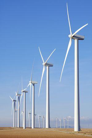windfarm: cadas de instalaciones con cielo azul