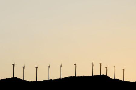 alineaci�n: alineaci�n de molinos de viento en una colina con cielo rosado
