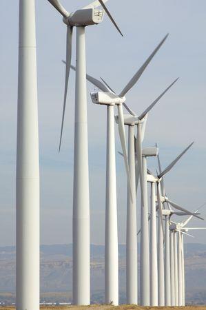 windfarm: cadas de instalaciones con cielo nublado