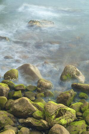 beach shingle: visualizzazione di una spiaggia di ciottoli con onde di Madeira; Portogallo Archivio Fotografico