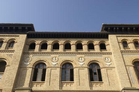edificación: Fachada de ladrillo de Paraninfo edificio en Zaragoza, Espa�a