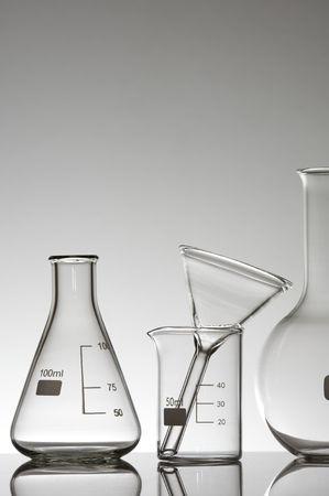 material de vidrio de laboratorio sobre un fondo blanco Foto de archivo - 6301310