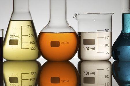 laboratorio: equipos de laboratorio con l�quido color Foto de archivo