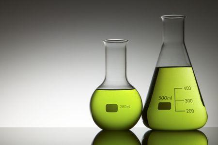 vaso de precipitado: dos frascos con l�quidos fondo de verde y blanco brillante