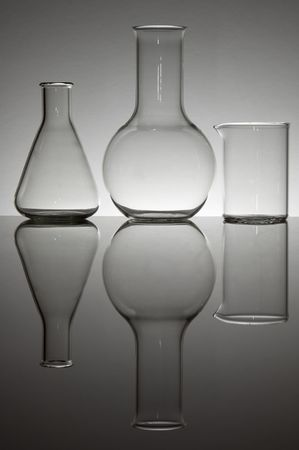 vaso de precipitado: Grupo de tres frascos de laboratorio sobre un fondo blanco