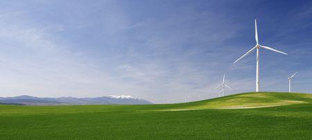 desarrollo sustentable: Grupo de molinos de viento en un id�lico verdes prados  Foto de archivo