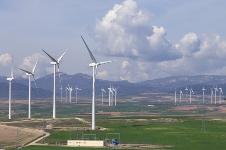 windfarm: Subestaci�n de alto voltaje y molino de viento con cielo nublado