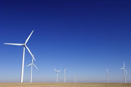 windfarm: cadas de instalaciones con cielo claro y azul
