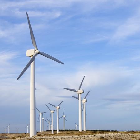 Ansicht der Windmühlen-Gruppe mit bewölkten Himmel  Standard-Bild