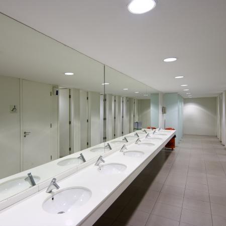 meados: vista de un sanitario p�blico vac�o con espejo