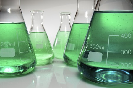 cristalería: Grupo de laboratorio frascos que contienen color l�quido