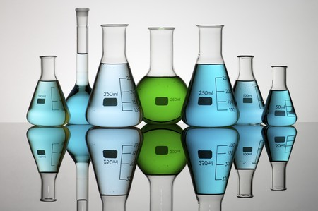 groep van laboratorium maat kolven met vloeibare kleur