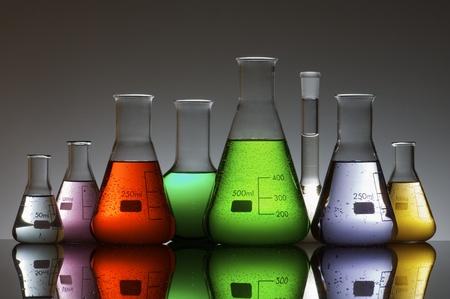vaso de precipitado: Grupo de laboratorio frascos que contienen color l�quido