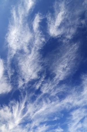 eigenaardig: weergave van een eigenaardige witte wolken met blauwe hemel Stockfoto