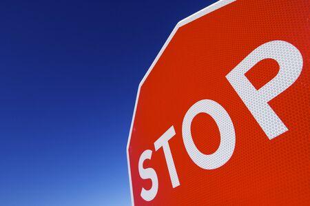 se�ales trafico: detener la palabra escrita en una se�al de tr�fico Foto de archivo