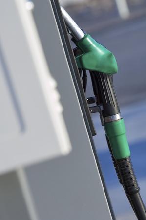 bomba de gasolina: Caño de manguera cerca de una estación de gas Foto de archivo