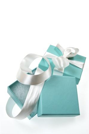 twee kleine turquoise doos gebonden met een wit lint