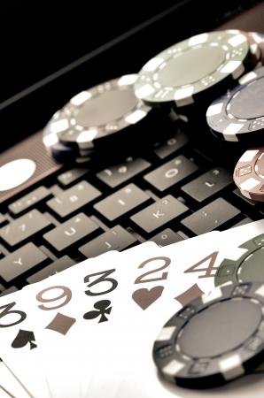 jeu de cartes: jeu de cartes en ligne avec un ordinateur portable et de jetons de casino