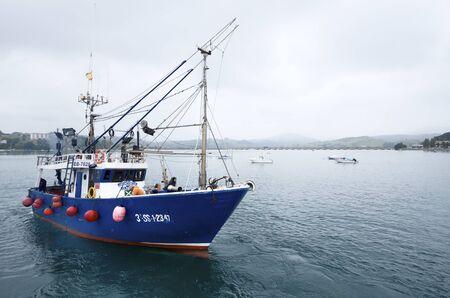 hombre pescando: San Vicente de la Barquera, Espa�a, 18 de agosto de 2011: barco de pesca de la salida del puerto de San Vicente de la Barquera, Asturias, Espa�a