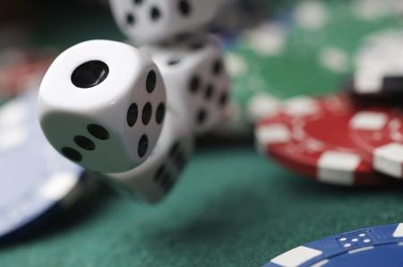 tiro di dadi su un tavolo da gioco in un casinò