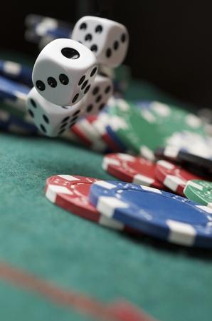 fichas casino: rollo de los dados en una mesa de juego en un casino Foto de archivo